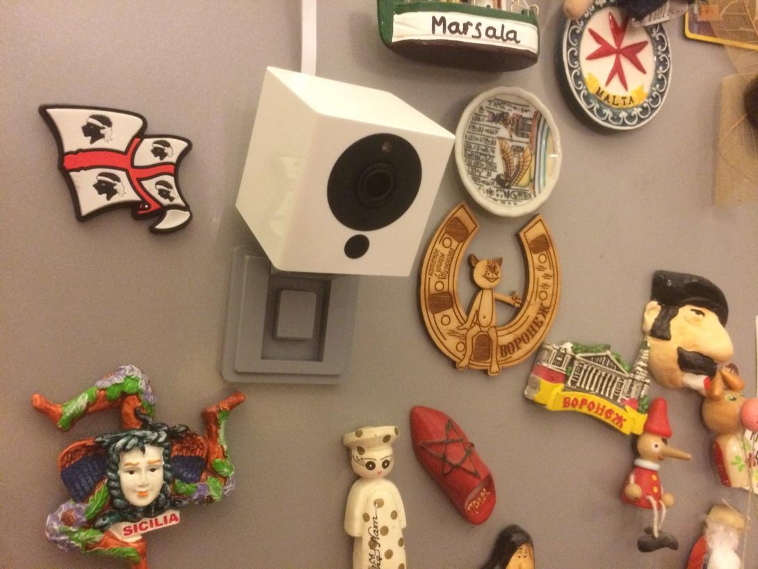 Камера Xiaomi Small Square Smart Camera White прикреплена магнитом к холодильнику